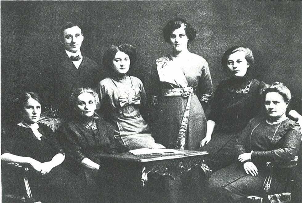 Instrumentarium Oy:n henkilökunta vuonna 1913. HY:n kuvalaitos.