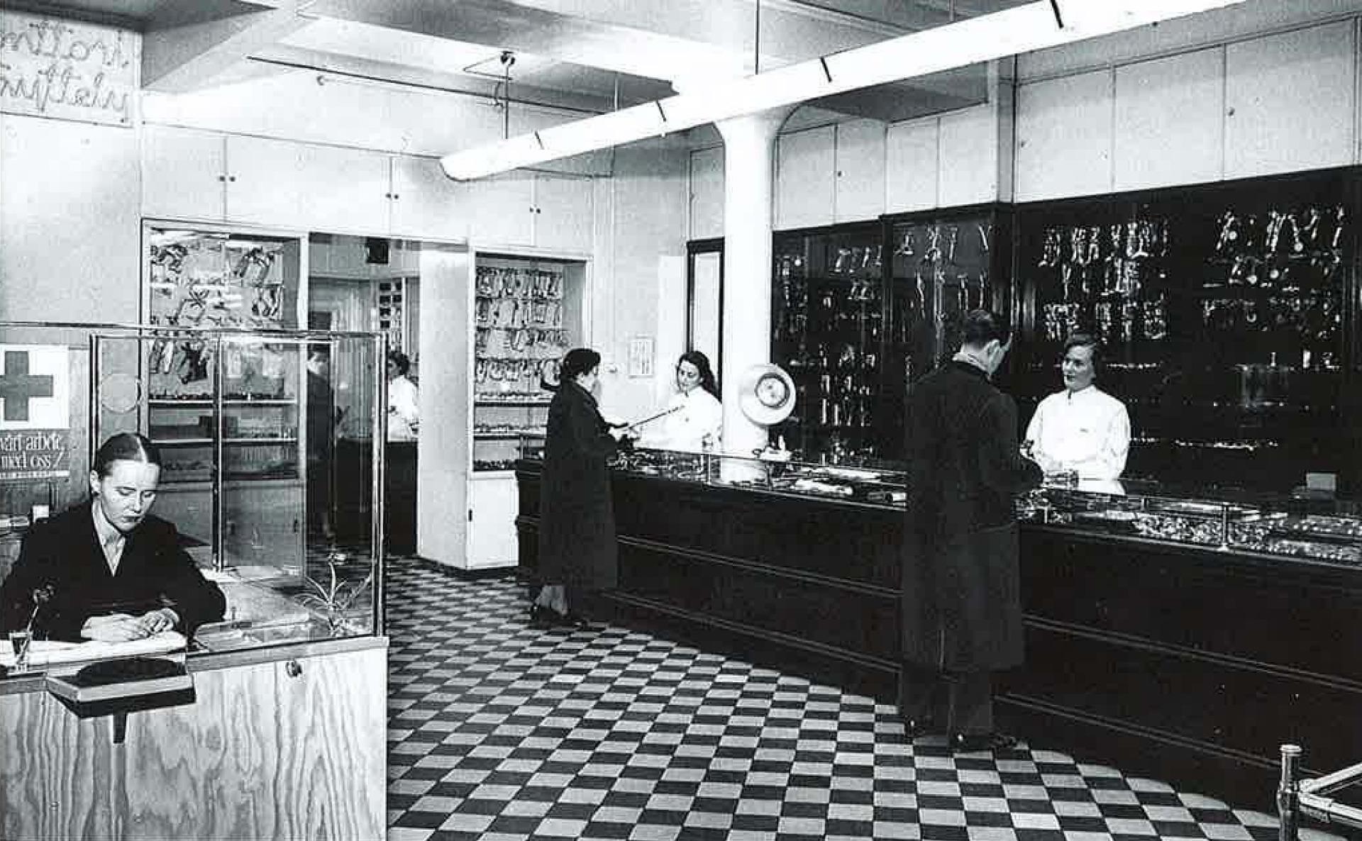 Instrumentariumin Aleksin myymälän sisätilat 1950 -luvulla.