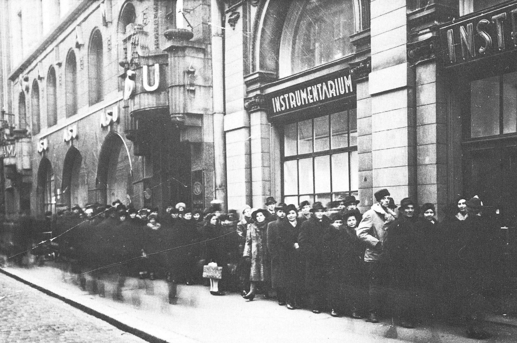 Jono Instrumentariumin Aleksanterinkadun myymälään 1946.