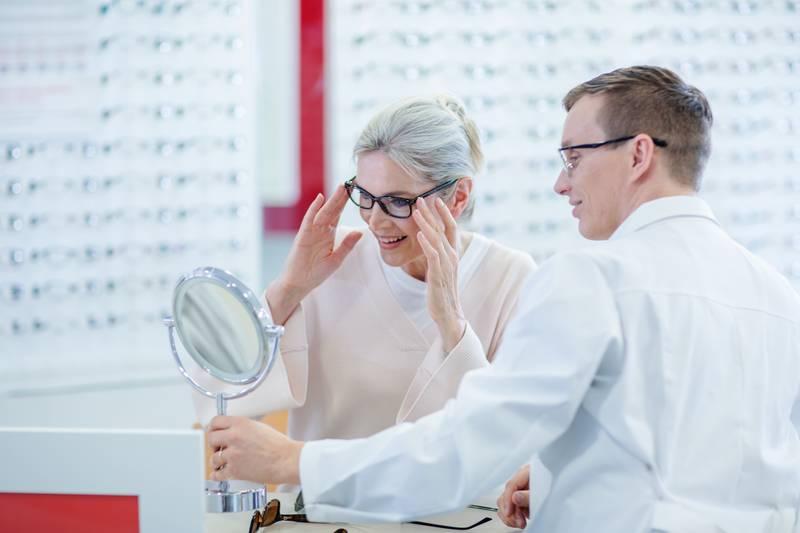 Silmälääkärille vai optikolle?